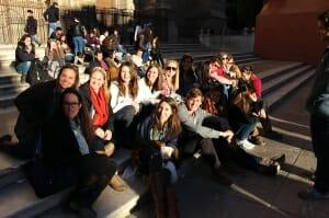 Kearney: algunos alumnos fuera de la catedral de Granada